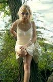 女孩在白色近的河 免版税库存照片