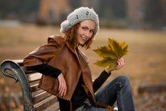 女孩在秋天公园 库存照片