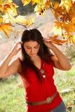 女孩在秋天公园 免版税库存图片
