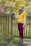 女孩在秋天公园 图库摄影