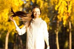 女孩在秋天在公园 免版税库存照片
