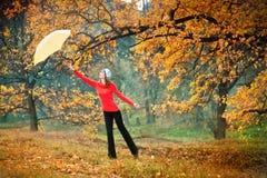 女孩在秋天庭院里 免版税库存照片