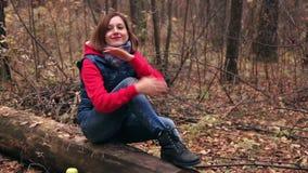 女孩在秋天森林里做准备 影视素材