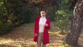女孩在秋天森林里 股票录像