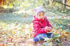 女孩在秋天森林里 免版税库存图片