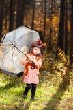 女孩在秋天森林里 图库摄影