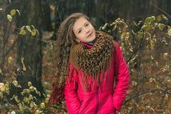 女孩在秋天森林里 免版税库存照片