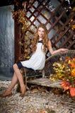 女孩在秋天神仙庭院里 秋天 图库摄影