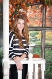 女孩在秋天神仙庭院里 秋天 免版税库存图片