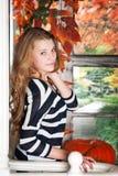 女孩在秋天神仙庭院里 秋天 库存图片
