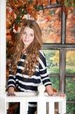 女孩在秋天神仙庭院里 秋天 库存照片