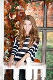 女孩在秋天神仙庭院里 秋天 免版税库存照片