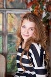 女孩在秋天神仙庭院里 秋天 免版税图库摄影