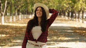 女孩在秋天胡同,自然步行,愉快的女孩走 影视素材