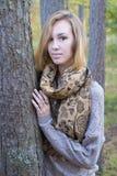 女孩在秋天 免版税库存照片