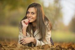女孩在秋天 免版税图库摄影