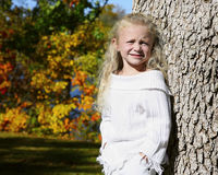 女孩在秋季公园 免版税库存图片