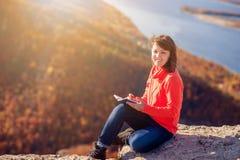 女孩在笔记本写 图库摄影