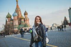女孩在红场微笑着在莫斯科 库存图片