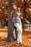 女孩在结构树下 库存图片