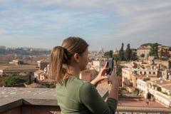 女孩在罗马拍照片 免版税库存图片