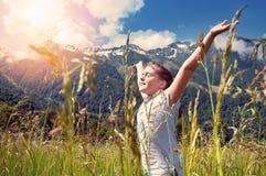 女孩在美丽的山背景中  免版税库存照片