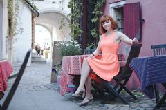 女孩在老城镇 图库摄影