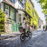 女孩在老巴黎骑街道的自行车在蒙马特 免版税库存图片