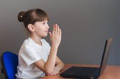 女孩在膝上型计算机学习 库存照片