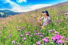 女孩在草坐 免版税库存图片