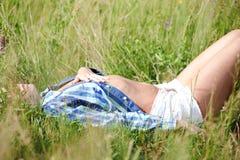 女孩在草草甸 库存图片