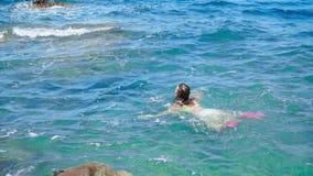 女孩在蓝色海游泳 股票视频