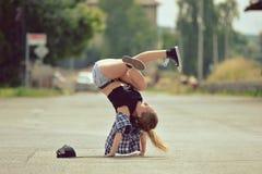 女孩在街道上的跳舞breakdance 免版税图库摄影