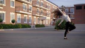 女孩在街道上跳舞 仿照当代样式的情感舞蹈 股票视频