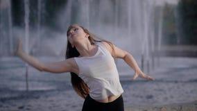 女孩在街道上跳舞 仿照当代样式的情感舞蹈 影视素材