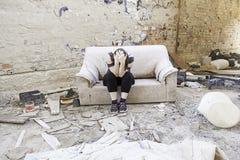 女孩在被放弃的房子里 库存图片