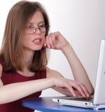 女孩在计算机上键入 免版税图库摄影