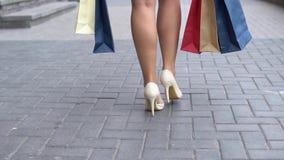 女孩在购物以后运载不同的颜色包裹与购物的 慢的行动 HD 股票视频