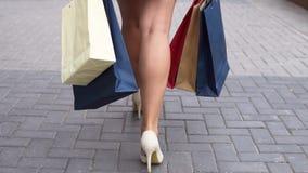 女孩在购物以后运载与购物的包裹 慢的行动 影视素材