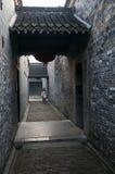 女孩在走廊走在Ge庭院,扬州,江苏,中国 免版税图库摄影