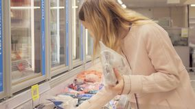 女孩在超级市场选择冷冻食品 股票视频