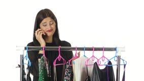 女孩在超级市场购物,谈话在电话 空白 股票录像