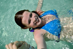 女孩在透明水中 库存照片