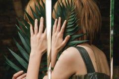 女孩在镜子掩藏 免版税库存图片