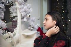 女孩在镜子新年附近 库存照片