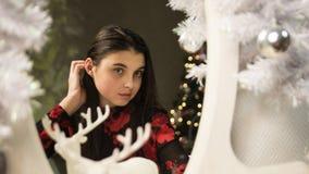女孩在镜子新年附近 免版税库存图片