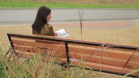 女孩在长凳读 影视素材