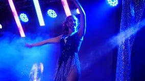 女孩在阶段的舞蹈家跳舞在晚上 影视素材