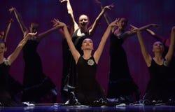 女孩在阶段的舞蹈马戏团 免版税库存图片