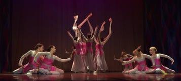女孩在阶段的舞蹈马戏团 免版税库存照片